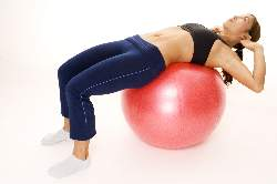 woman-doing-side-cruches-on-exercise-ball-starting-position