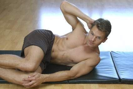 man-doing-side-crunches-on-mat