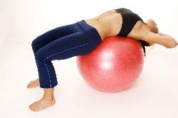 woman-doing-abs-cruches-on-exercise-ball-starting-position